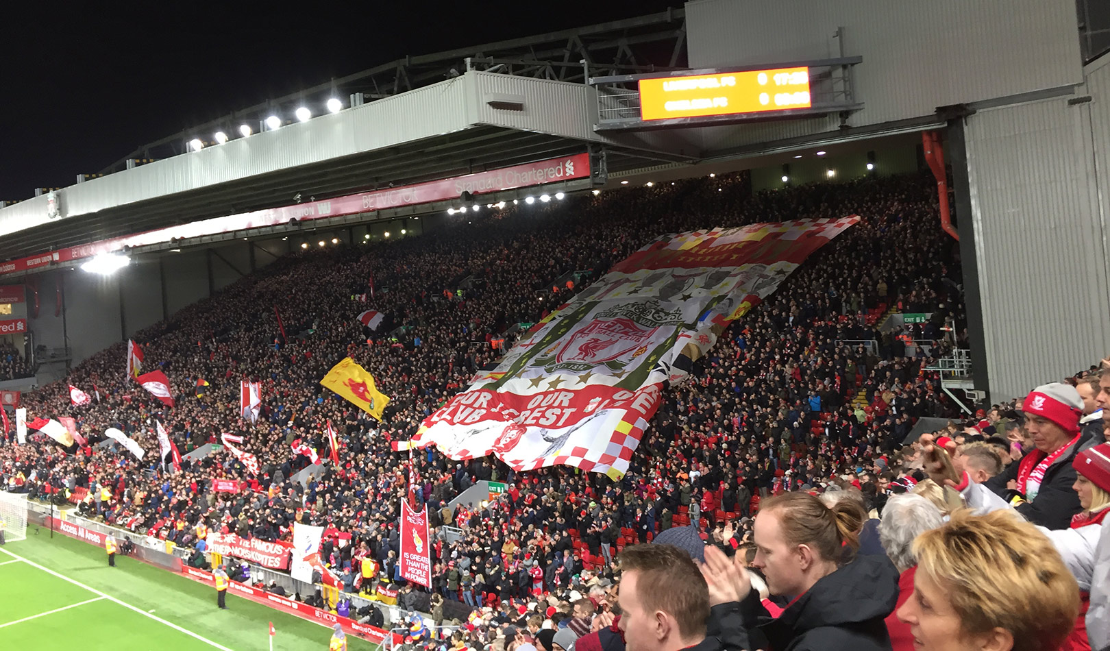 Supportere inne på Anfield stadion Liverpool.