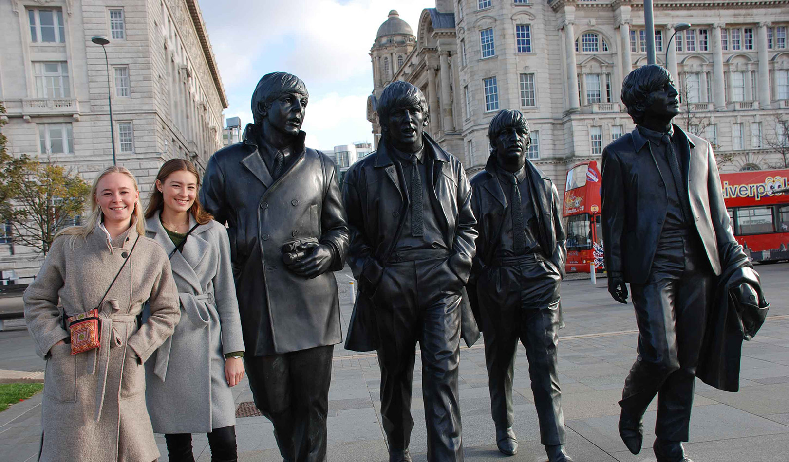 To jenter ved The Beatles statuene I Liverpool.