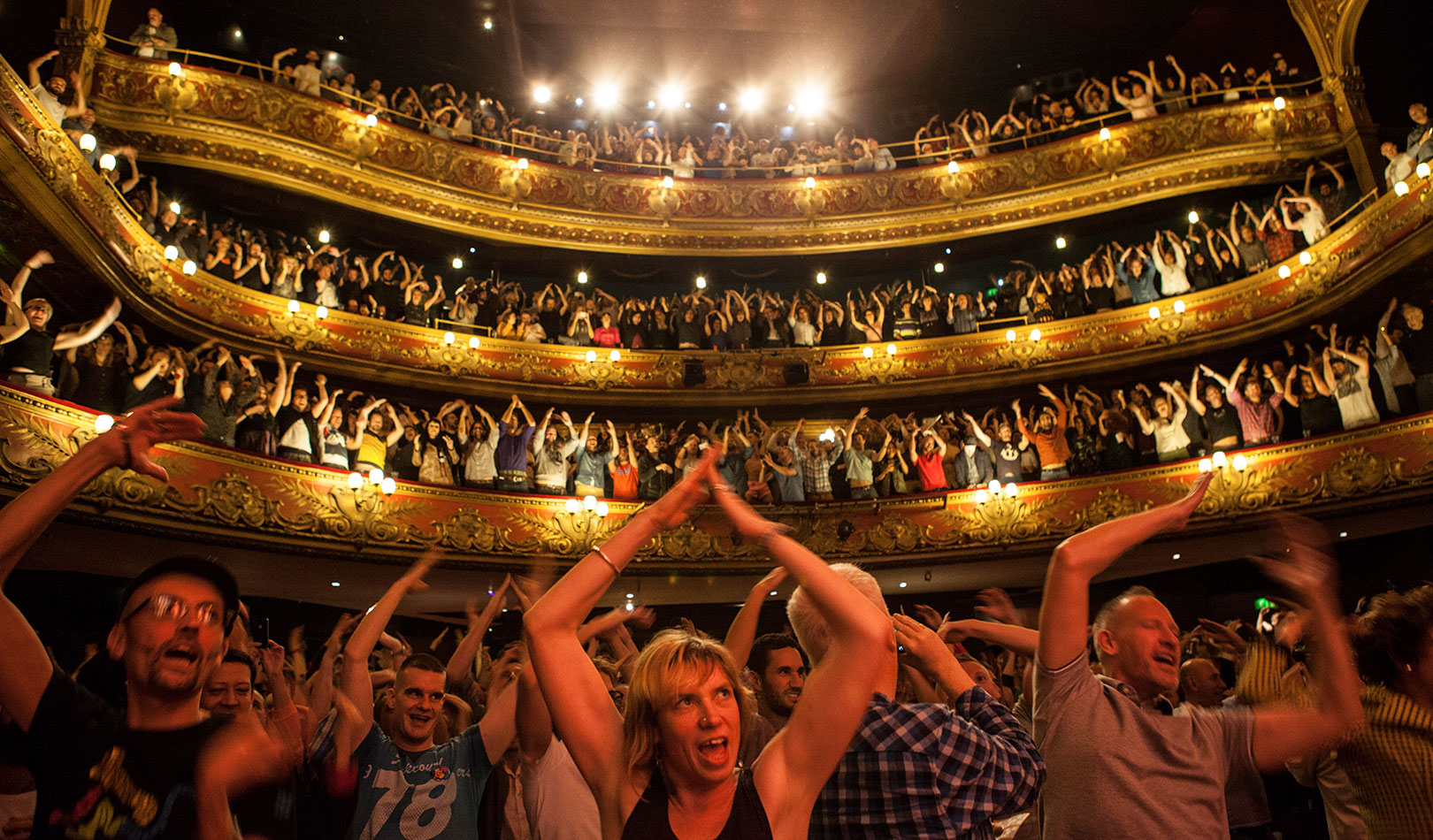 Folk danser til stykket Gay Bingo i Hackney Empire, London.