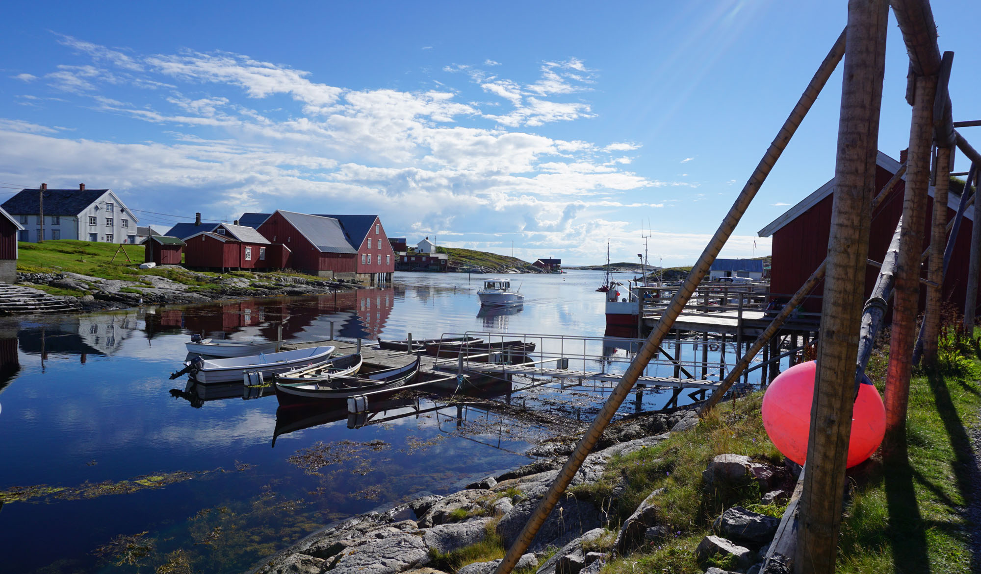 Docks, houses and boats along the coast, Sør-Gjæslingan, Rørvik.