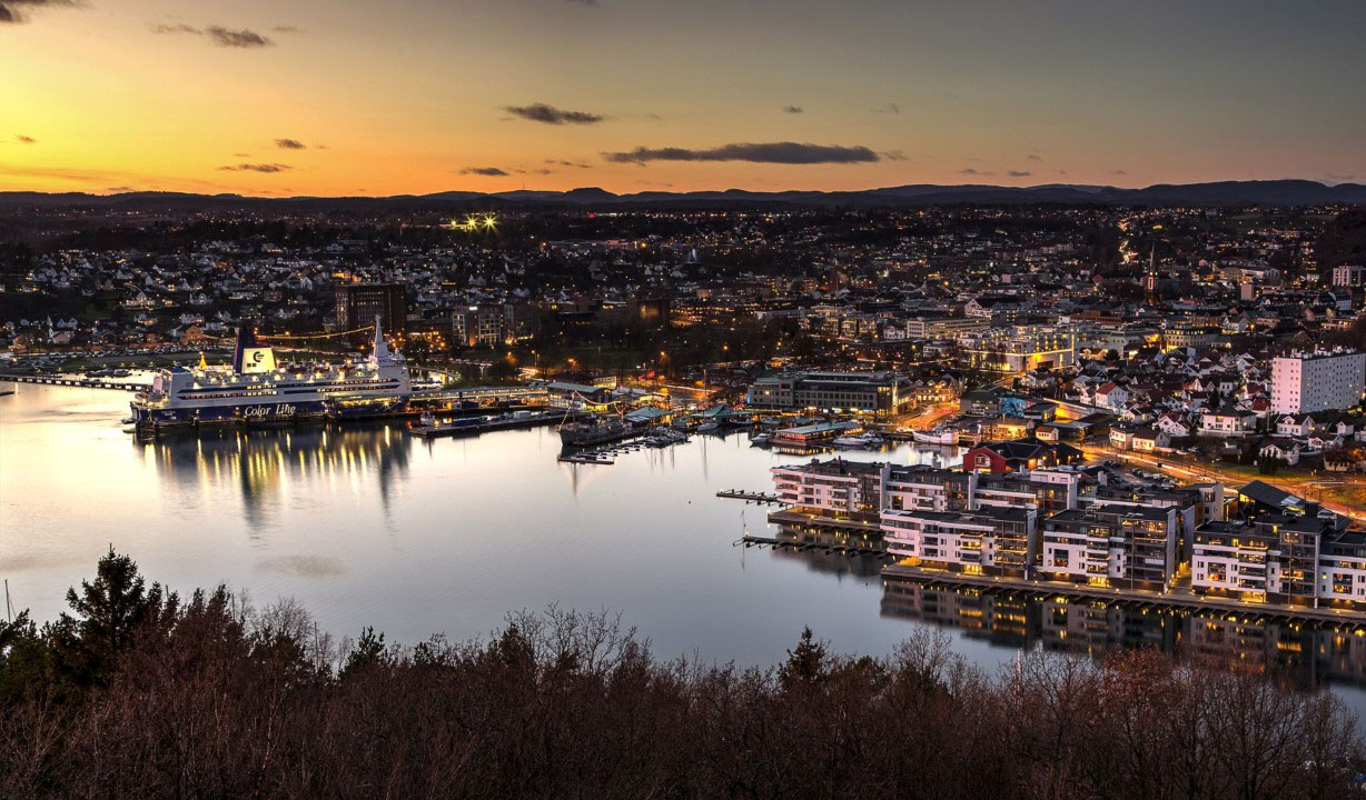Sandefjord by i solnedgang.